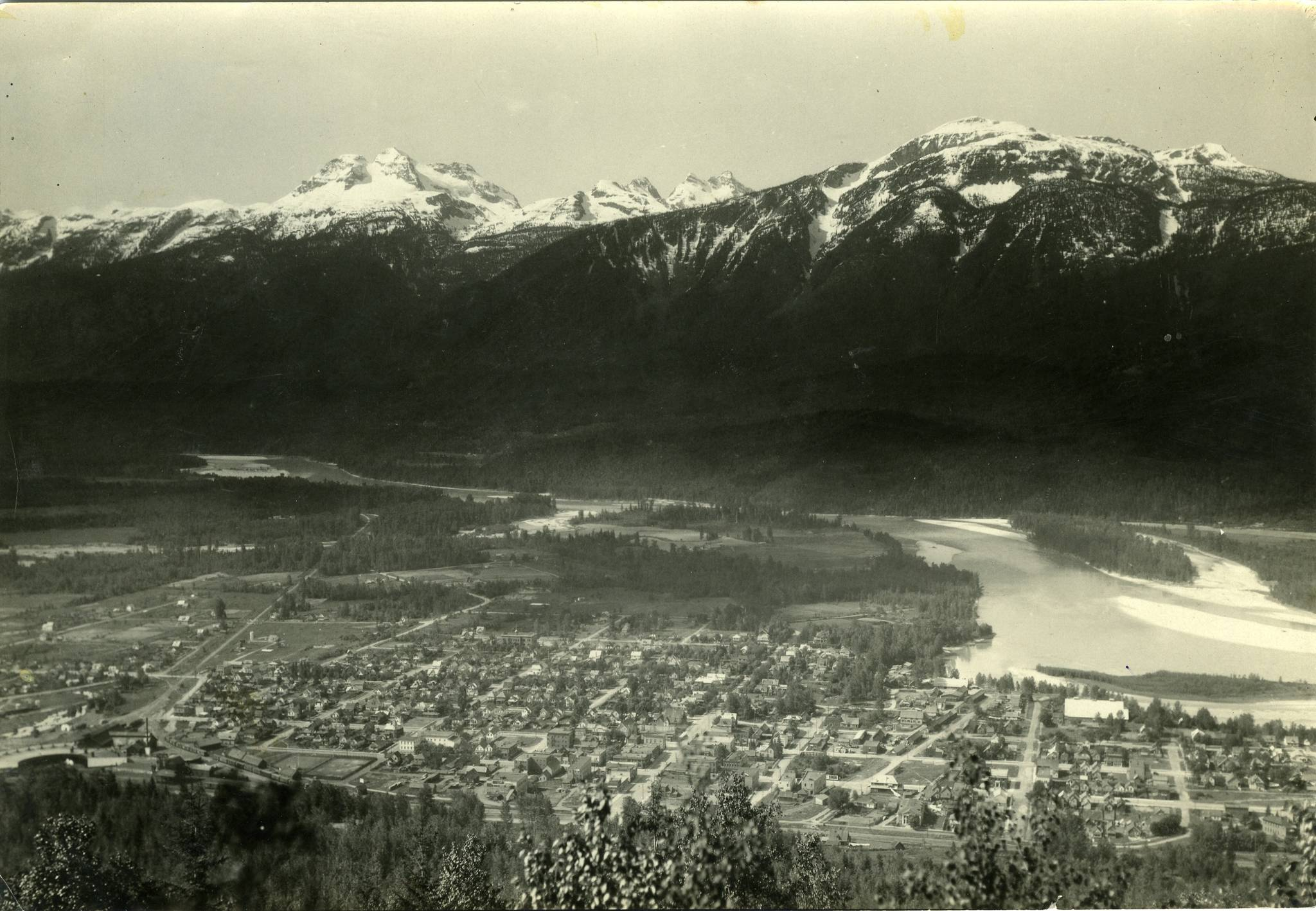 Historic photo of Revelstoke and Mt. Begbie. (Revelstoke Museum and Archives #4568)
